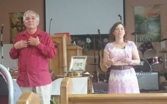 Raqui translating for the evangelist, her father. Yes, is not the best picture of me.... oh well...